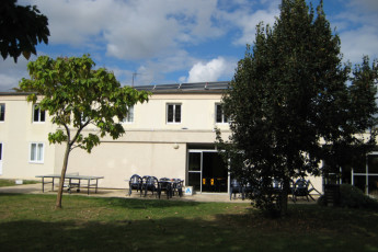 Auberge de jeunesse Hi Poitiers : Exterior View and Garden of Poitiers Hostel, France