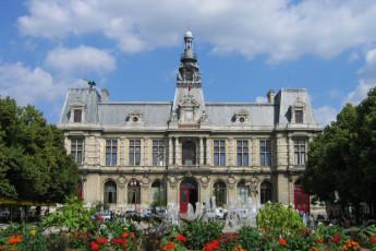 Auberge de jeunesse Hi Poitiers : Front Exterior View of Poitiers Hostel, France