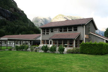 Lysefjorden : Garden and Exterior View of Lysefjorden Hostel, Norway