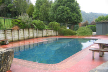 YHA Waitomo : Outdoor Swimming Pool Area in YHA Waitomo - Juno Lodge Hostel, New Zealand