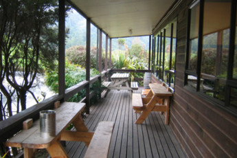 YHA Waitomo : Balcony and Seating Area at YHA Waitomo - Juno Lodge Hostel, New Zealand