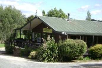 YHA Waitomo : Front Exterior View at YHA Waitomo - Juno Lodge Hostel, New Zealand
