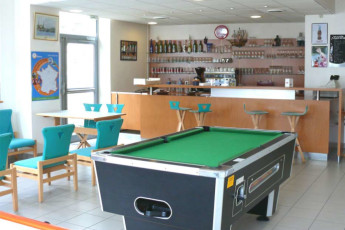 Auberge de jeunesse Hi Cherbourg en Cotentin : Pool table and bar in the Cherbourg/Octeville hostel in France