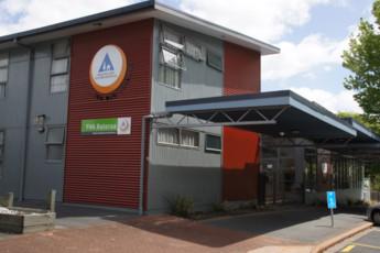 YHA Rotorua : Fachada Vista exterior de hostal YHA Rotorua, Nueva Zelanda
