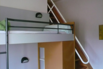 Auberge de jeunesse Hi Cherbourg en Cotentin : View of a dorm room and stairs in the Cherbourg/Octeville hostel in France