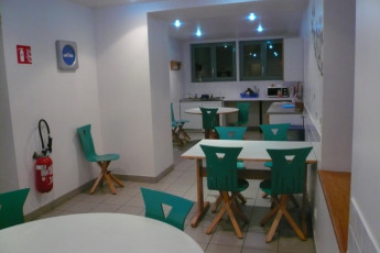 Auberge de jeunesse Hi Cherbourg en Cotentin : Kitchen and dining area in the Cherbourg/Octeville hostel in France