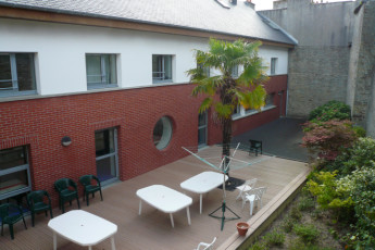 Auberge de jeunesse Hi Cherbourg en Cotentin : View of the patio area at Cherbourg/Octeville hostel in France