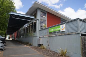 YHA Rotorua : Vista exterior de hostal YHA Rotorua, Nueva Zelanda