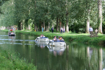 Auberge de jeunesse Hi Vierzon : People boating near the Vierzon hostel in France