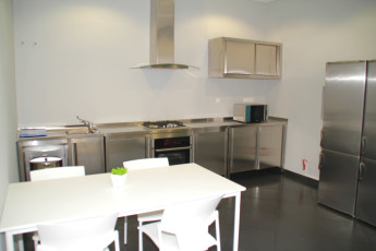 Azores - S.Miguel Is. - Lagoa : Kitchen and dining area at the Azores Hostel in Lagoa - Sao Miguel Island in Portugal