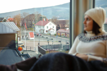 Åre Torg : Guest looking over view from the Are Torg hostel in Sweden