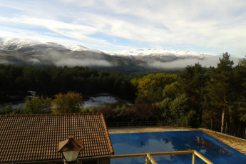 Navarredonda de Gredos : Navarredonda De Gredos pool and hostel view