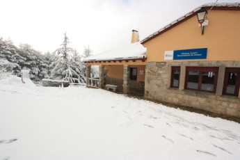 Navarredonda de Gredos : Navarredonda De Gredos hostel front snow
