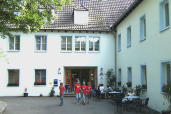 Blaubeuren : Guests outside Blaubeuren Hostel