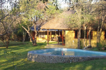Bush Pub & Inn : Exterior view of building and garden at the Hoedspruit - Tom Cats Safari Inn hostel in South Arica