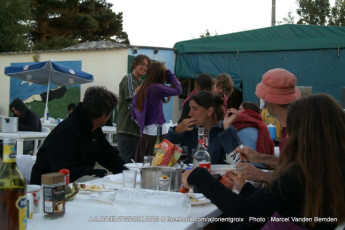 Ile-de-Groix : Group of guests dining outside at the Island-of-Groix Hostel in France