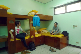 Hualien CYC International Youth Hostel : Guests relaxing in dorm room in the Hualien CYC International Youth Hostel in Taiwan
