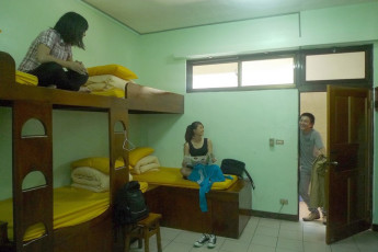 Hualien CYC International Youth Hostel : Guests socialising in dorm room in the Hualien CYC International Youth Hostel in Taiwan