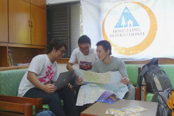 Hualien CYC International Youth Hostel : Group looking at a map in the Hualien CYC International Youth Hostel in Taiwan
