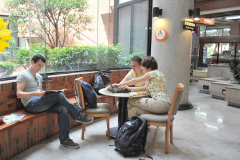 Chientan Youth Activity Center - Taipei : Guests in the lobby of the Chientan Youth Activity Center Hostel in Taipei - Taiwan