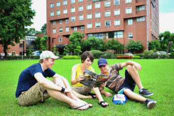 Chientan Youth Activity Center - Taipei : Guests relaxing in the garden of the Chientan Youth Activity Center Hostel in Taipei - Taiwan