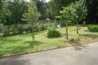 Auberge de jeunesse Hi Bourges : Gardens of Bourges Hostel in France