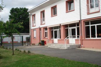 Auberge de jeunesse Hi Bourges : View of exterior of Bourges Hostel in France