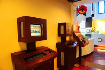 Costa Sands Resort (Sentosa) YH : Computer station in the lobby of Costa Sands Resort (Sentosa) YH in Singapore