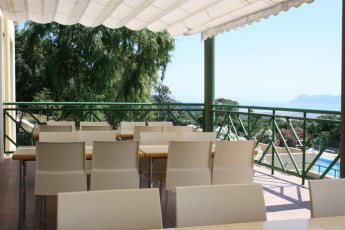 Albergue Inturjoven Algeciras-Tarifa : Ourdoor dining terrace at the Albergue Inturjoven Algeciras-Tarifa hostel in Spain