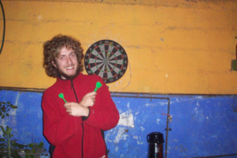 La Serena - Ají Verde Hostel : Guest playing darts in the La Serena - Aji Verde Hostel in Chile