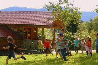 Forbach : guests playing in Forbach Hostel garden
