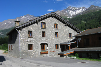 Lanslebourg - Val Cenis : Exterior view of the Lanslebourg/Val Cenis hostel in France