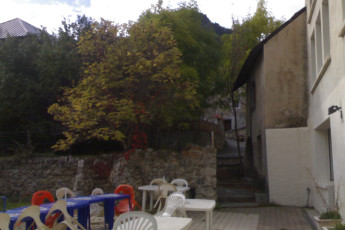 Serre - Chevalier Briancon : Garden terrace at the Serre Chevalier Briancon hostel in France