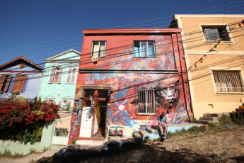 Valparaiso -  PataPata Hostel : Wall Art and Exterior View of Valparaiso - PataPata Hostel, Chile