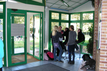 Auberge de jeunesse Hi Saintes : Guests in entrance to Holy Hostel in France