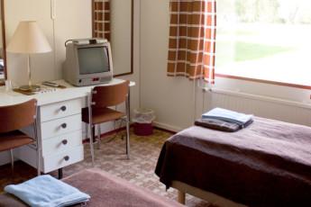 Sykäräinen - Hostel Hirvikoski : Interior of a private twin room at the Hirvikosken Kurssikeskus - Toholampi Hostel in Finland