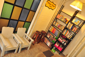 HI Baan Thewet : Library and Relaxing Area in Baan Thewet Hostel, Thailand
