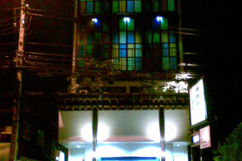 HI YHA Thewet : Front Exterior View of Baan Thewet Hostel, Thailand