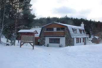 Carrbridge - Slochd Mhor Lodge : Exterior during winter at the Carrbridge - Slochd Mhor Lodge Hostel in Scotland