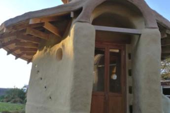 YHA Raglan : Front Exterior View of Raglan YHA - Solscape Eco Retreat Hostel