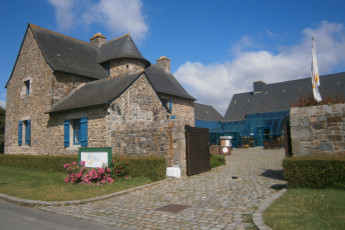 Auberge de jeunesse Hi Saint Brieuc : Exterior view of the Saint Brieuc hostel in France