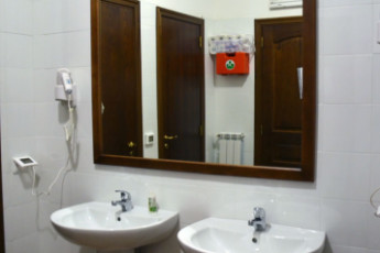 Altomonte - Soleluna Youth Hostel : Bathroom in the Altomonte - Soleluna Youth Hostel in Italy