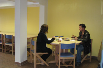 Pontarlier : Guests in dining room at the Pontarlier hostel in France