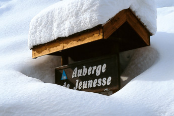 La Clusaz : Snowy sign to La Clusaz hostel in France