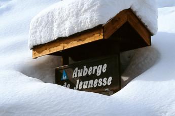 La Clusaz : verschneit Schild nach La Clusaz Hostel in Frankreich