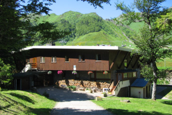 Le Mont-Dore : Exterior of the Mont Dore hostel in france