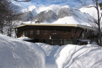 Le Mont-Dore : Exterior of the Mont Dore hostel in france in winter