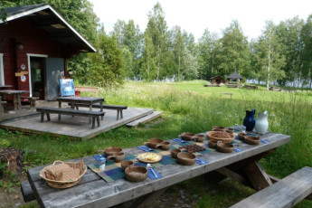 Savonlinna - Linnansaari huts : Dining table outside the Savonlinna - Linnansaari huts hostel in Finland