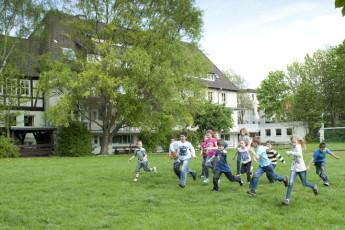 Hameln : Hameln hostel in Germany children playing in the garden