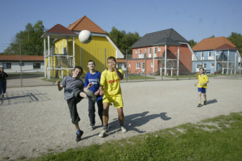 Born-Ibenhorst mit Zeltplatz : Born Ibenhorst hostel in Germany children playing football